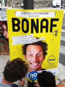 Pose d'affiches boards pour Bonaf au Théâtre BO pendant le festival d'Avignon