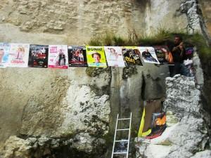 Une bande d'affiches sur une ficelle tendue au Festival d'Avignon 2014
