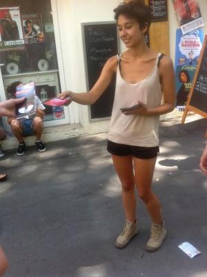 """Distribution de flyers """"La femme de l'hôtel Michel-Ange"""" dans la rue au Festival d'Avignon 2015"""