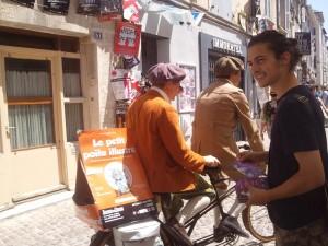 Distribution de flyers dans la rue au Festival d'Avignon 2015