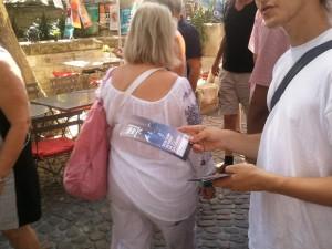 """Distribution de flyers """"Don Juan revient de la Guerre"""" dans la rue au Festival d'Avignon 2015"""
