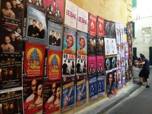 pose d'affiches sur un mur au Festival d'Avignon 2014