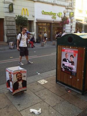 Affiches et annonce de spectacles au mégaphone au festival d'Avignon