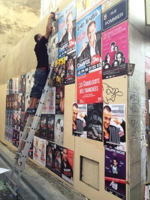 Pose d'affiches à l'échelle au festival d'Avignon 2014