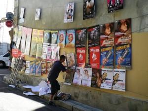 Un mur d'affiches au festival d'Avignon 2014