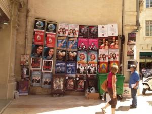 affiches sur un mur au festival d'Avignon 2014
