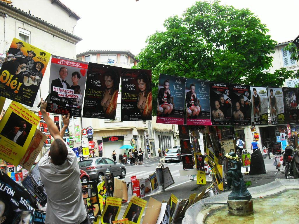 Affichage sur une place pendant le Festival d'Avignon