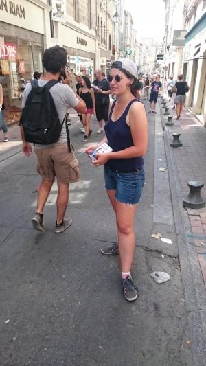 Distribution de flyers Tuyauterie dans la rue au Festival d'Avignon 2015