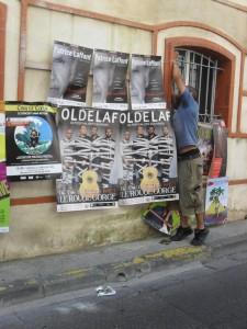 Un mur d'affiches au festival d'Avignon 2015 pour les spectacles de Patrice Laffont, Oldelaf, Cinq de Coeur