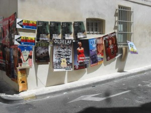 Mur d'affiches au festival d'Avignon 2015 pour les spectacles de Oldelaf, Coming Out, Trac!, Neige Noir - Billie Holiday