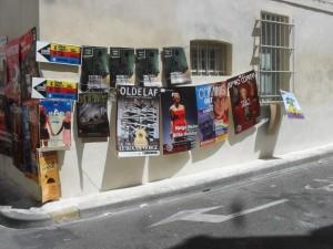Mur d'affiches au festival d'Avignon 2015 pour les spectacles de Oldelaf, Coming Out, Trac!, Neige Noir - Billie Holiday