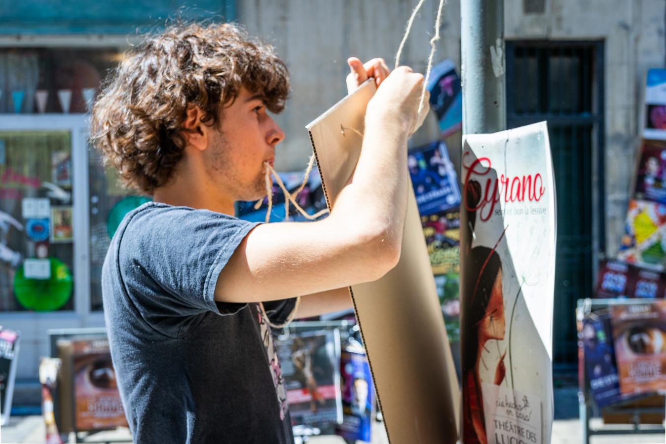 Affichage d'un support rigide avec une ficelle au festival d'Avignon 2018.