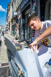 Pose d'affiches pour des spectacles du festival d'Avignon 2018