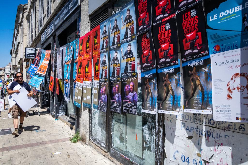 Affichage au festival d'Avignon pour Gatane, Nijinski, Les guérisseurs, Fratelli, Cet amour, Punk, Le memento de Jean Vilar et Chat Noir !