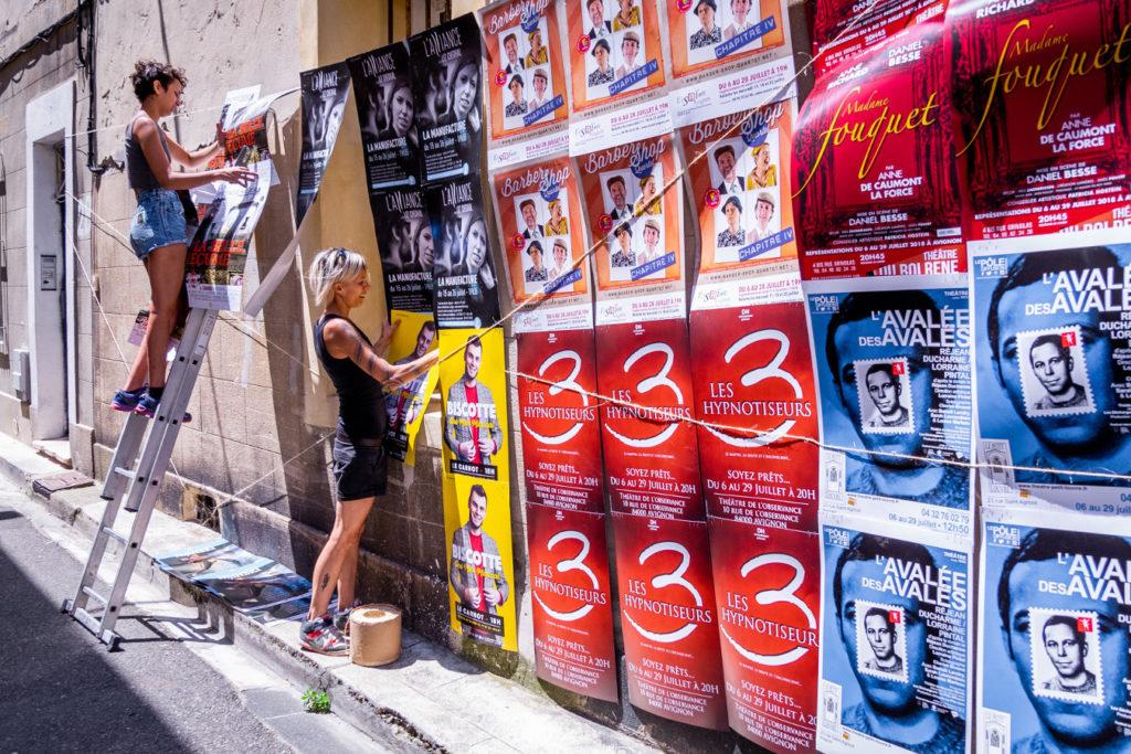 Affichage au festival d'Avignon pour Madame Fouquet, L'avalée des avalés, Les 3 hypnotiseurs, de Biscotte, La Belle Écume et Liz Cherhal.