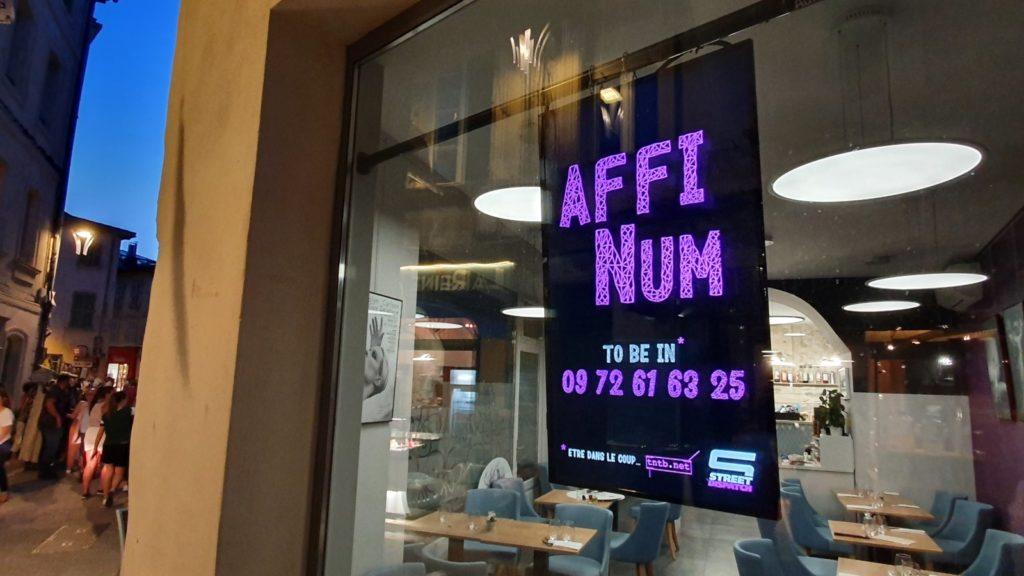 Écrans d'affichages digital de publicité dans le centre-ville d'Avignon pendant le festival.
